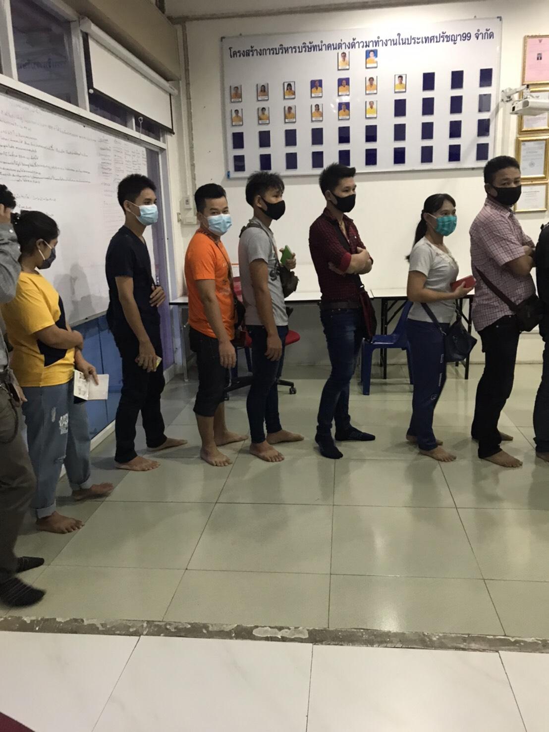 นที่ 13 สิงหาคม 2563 ทีมงานปรัชญา99 พาแรงงานสัญชาติเมียนมาร์ ลาว กัมพูชา จำนวน 300 คน เข้ารับการปรับปรุงรายการทะเบียนประวัติ และถ่ายบัตรชมพู